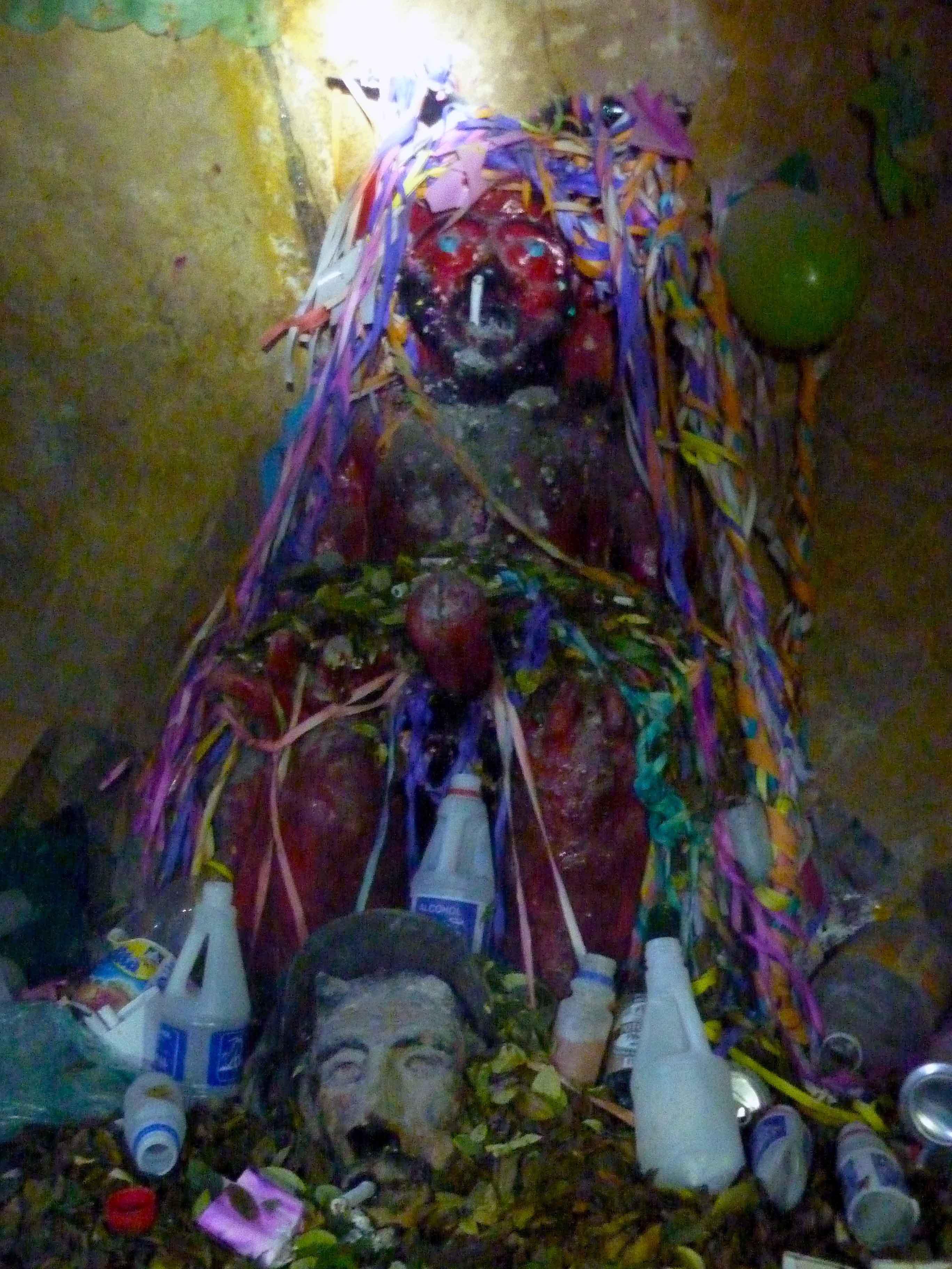 """Altar zu Ehren """"Pachamama"""" – der Mutter Erde."""