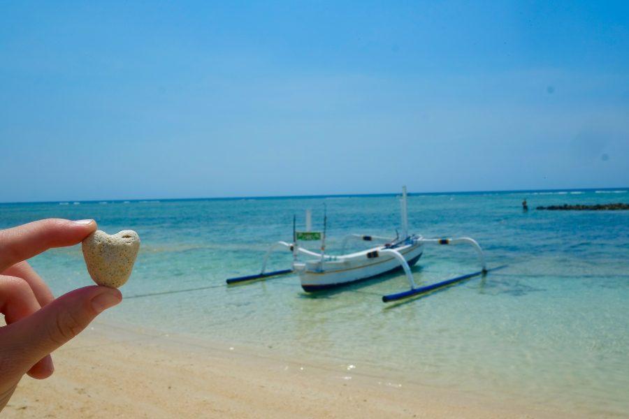 Traditionelles Boot und Herz Koralle Gilli