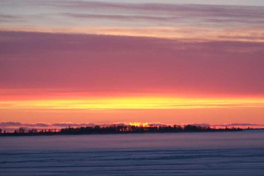 Sonnenuntergang über Schnee Finnland